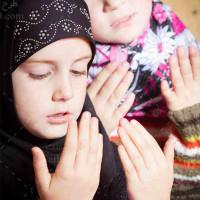 تصویر استوک و با کیفیت دختران در حال دعا