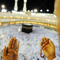 تصویر با کیفیت دستان دعا در کنار کعبه
