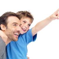 تصویر با کیفیت از پسر بچه شاد و پدرش