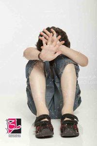 عکس کودک ناراحت نشسته